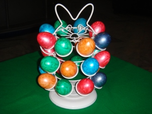 A stand that fits 24 Easter eggs or mini cupcakes, with a base that rotates.Price: 30 JDs